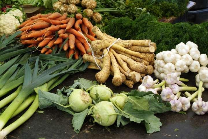 La plupart des légumes présentent en effet un feuillage comestible que l'opulence alimentaire de notre société a relégué aux oubliettes.