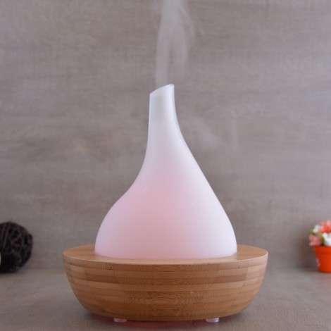 Un diffuseur à ultrasons pulvérise un fin brouillard de minuscules gouttelettes (modèle : aroma-zen).