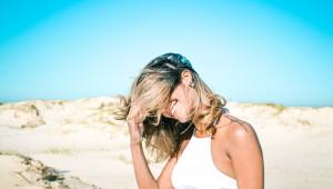 Les cheveux aussi sont asséchés par le soleil