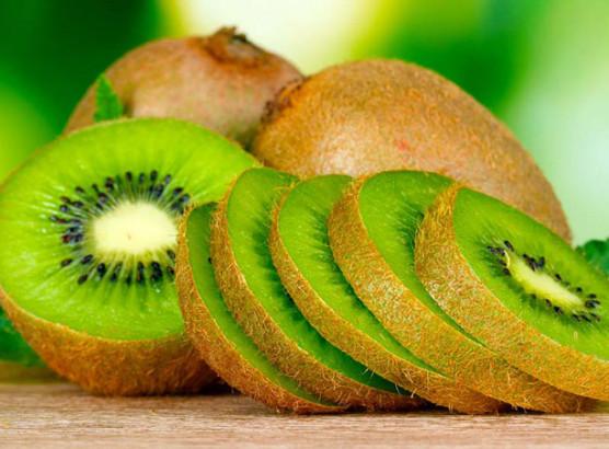 Composé de plus de 80 % d'eau, le kiwi est peu calorique (47 kcal pour 100 g). Sa composition nutritionnelle n'en est pas moins particulièrement intéressante.