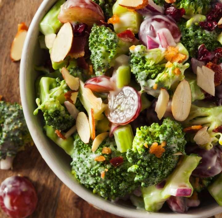 Salade de brocoli crémeuse aux amandes