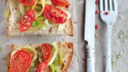 Tartines de poireaux et tomates au brie