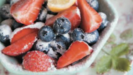 Coupe de fraises et myrtilles