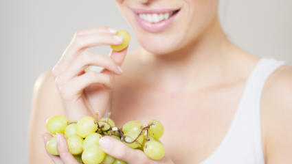 Femme mangeant du raisin