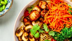 Tofu aux légumes et aux nouilles