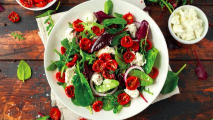 Salade d'épinards et roquette aux tomates séchées