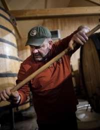 Jean-François Ganevat élève ses vins sans le moindre intrant.