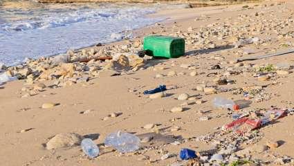 Pollution plastique sur la plage