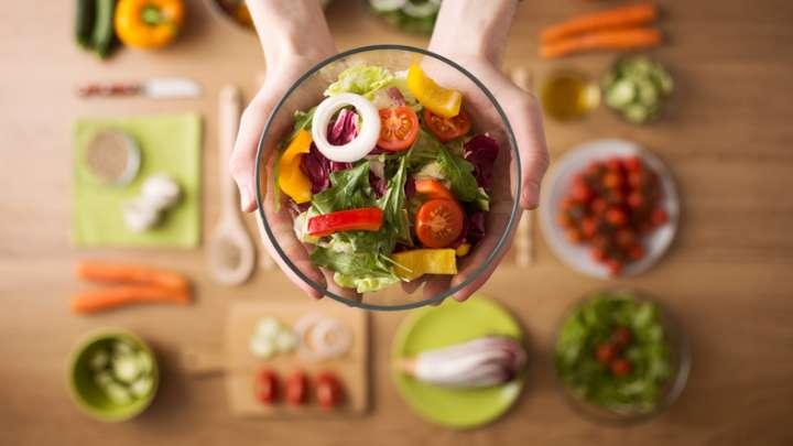 Assiette de fruits et légumes durables