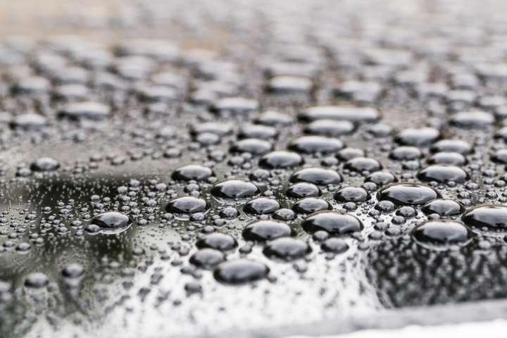 L'eau colloïdal contient des particules d'argent(des ions positifs)en suspension dans de l'eau purifiée