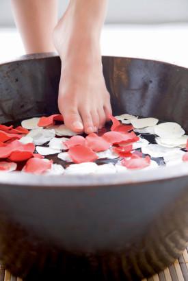 Les bains de pieds améliorent la circulation sanguine.