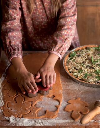 Découpe de pâte en forme de feuilles