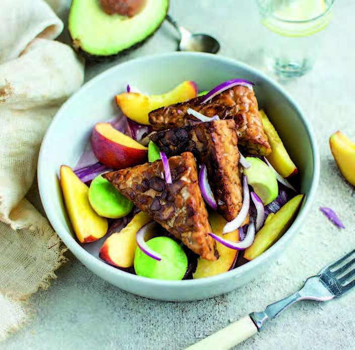 Salade de tempeh, avocat et pêche