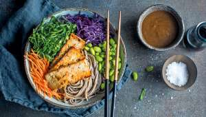 Salade de nouilles et tofu, sauce aux arachides