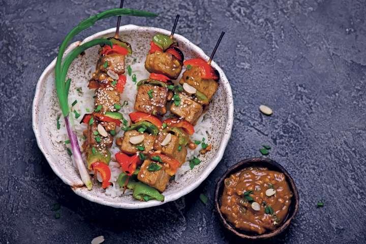 Saté de tofu au riz et aux poivrons