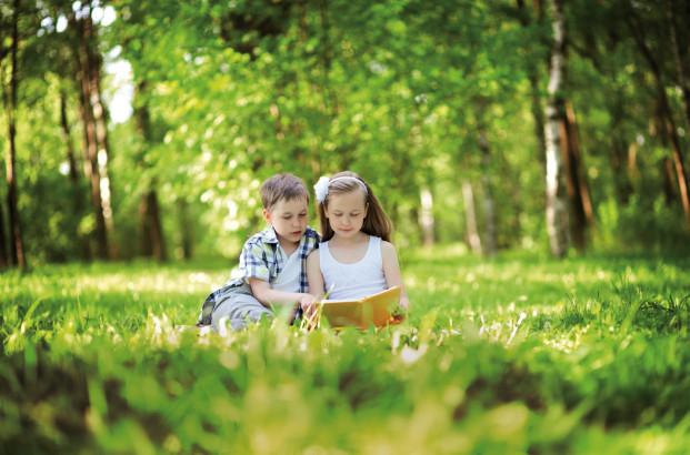Enfants en train de lire
