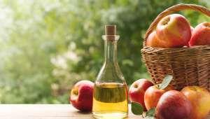 Vinaigre de cidre et pommes dans un panier
